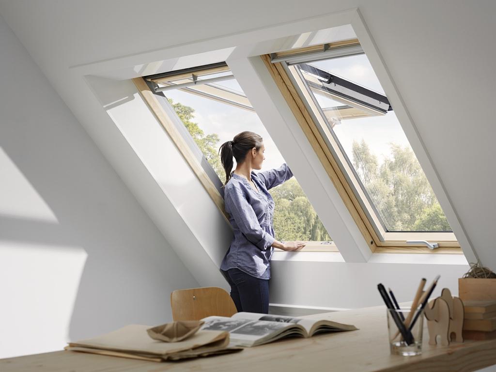 Fenêtre Velux à projection finition bois massif